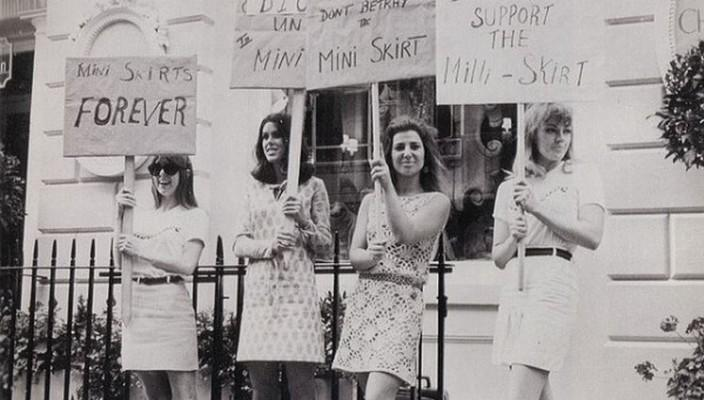 "British Society for the Protection of Mini Skirts demo di depan House of Dior (1966) saat Dior tak menampilkan rok mini di fashion show-nya. ""An unfair treatment towards the miniskirt"" -they said~"
